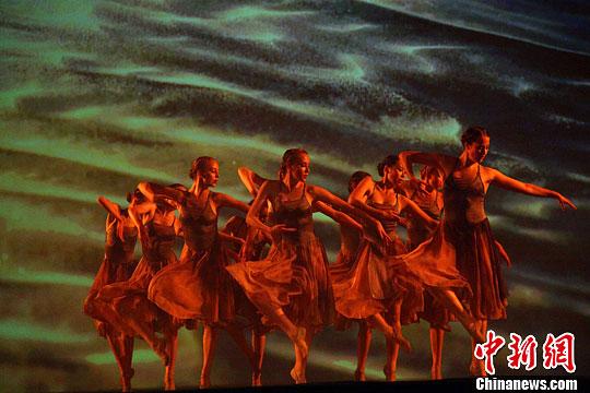 刚刚获得维也纳芭蕾舞世界大赛金牌奖的吴祖捷芭蕾舞团的舞蹈精英,在芭蕾舞名家吴振红带领下,精湛演出,打动观众,掌声经久不息,演员们多次谢幕。徐长安 摄