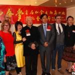 """已经86岁高龄的当今世界华语诗坛泰斗、曾获得诺贝尔文学奖提名的台湾诗人洛夫(右五)为文化节创作诗歌""""梦是一盏灯""""。徐长安 摄"""